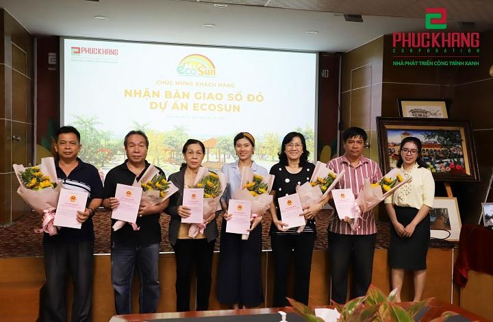 Khách hàng nhận sổ đỏ Eco Sun từ Chủ đầu tư Phúc Khang